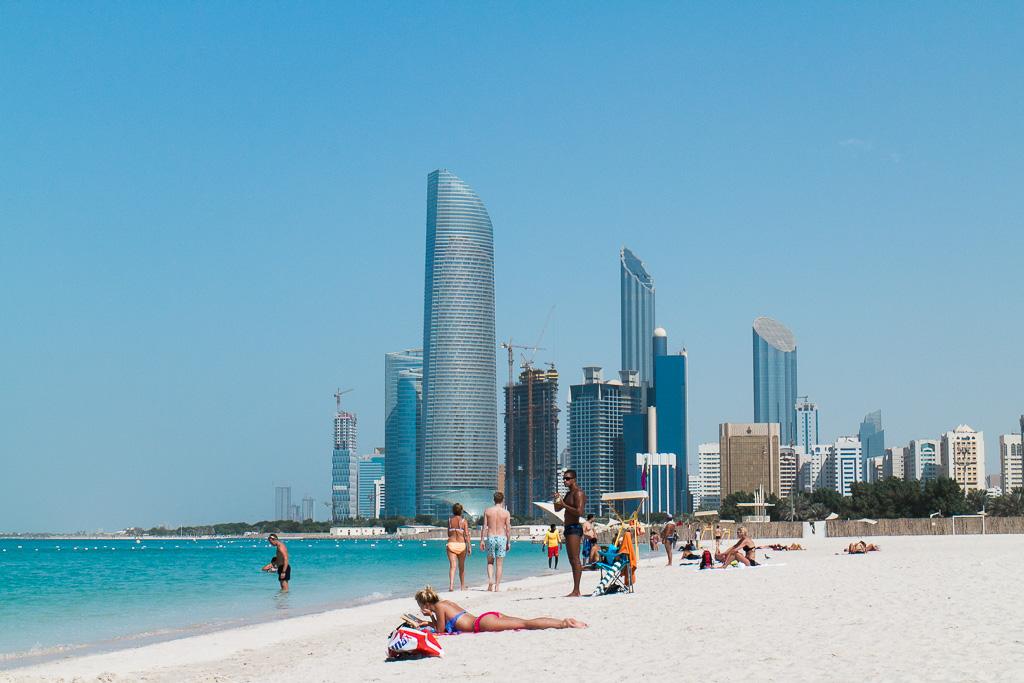 Strand i centrala Abu Dhabi