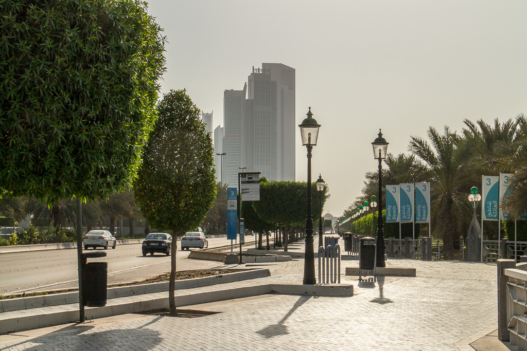 Cornichen, strandpromenaden i Abu Dhabi