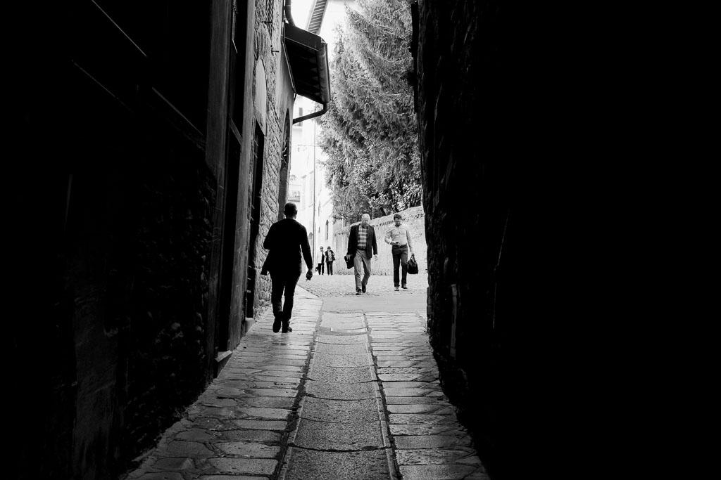 Vackra, trånga gator i Citta Alta i Bergamo
