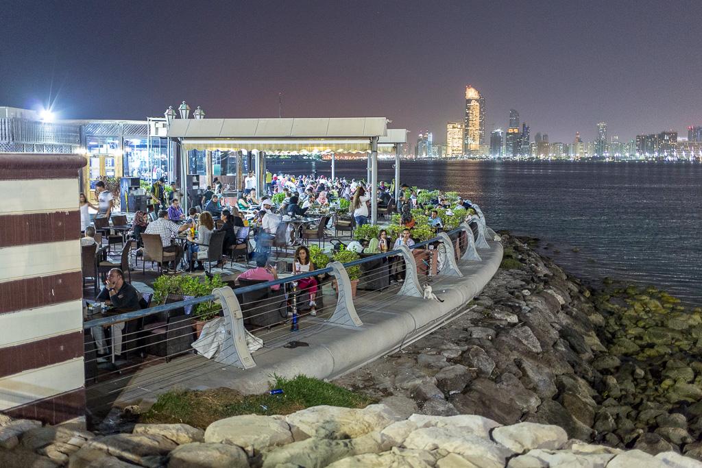 Restaurang på strandpromenaden i Abu Dhabi