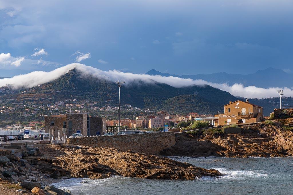 Dimma över bergen vid L'Ile Rousse, Korsika
