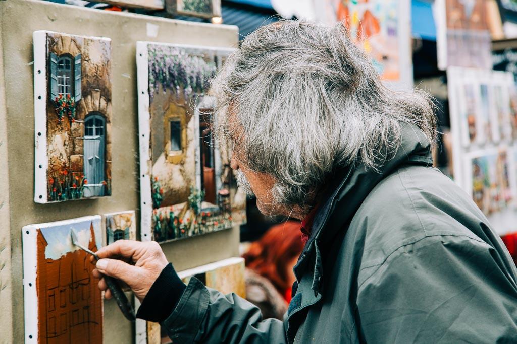 Konstnär i Montmartre i Paris