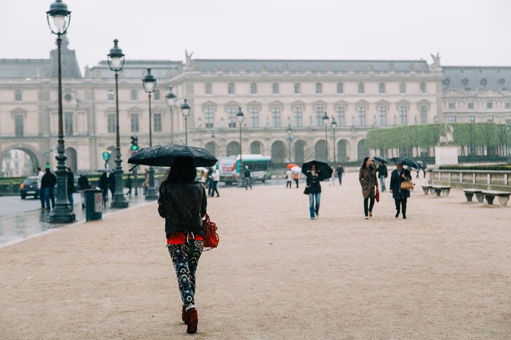 Regnig dag vid Louvren i Paris