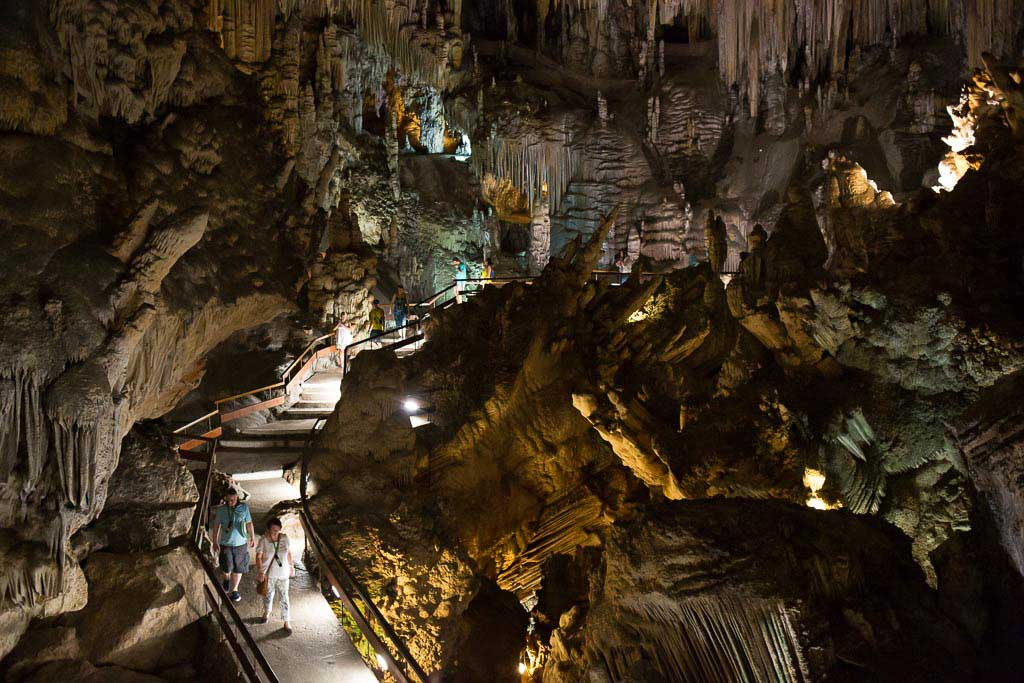Europas största grotta är en populär sevärdhet i Nerja