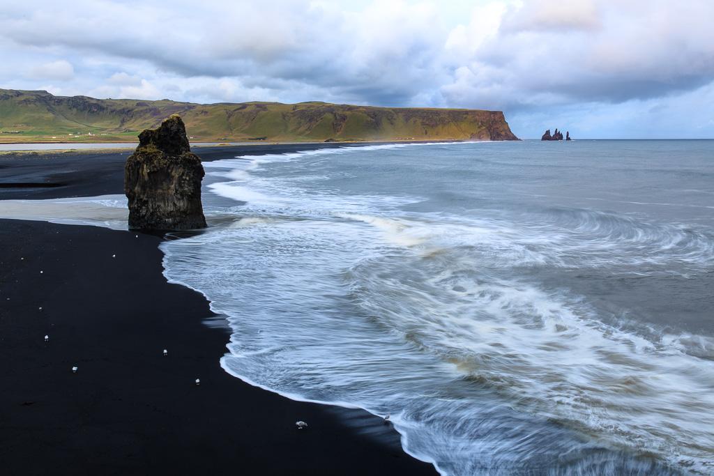 Utsikt från Dyrholaey över Kirkjufjara och Reynisfjara på Island