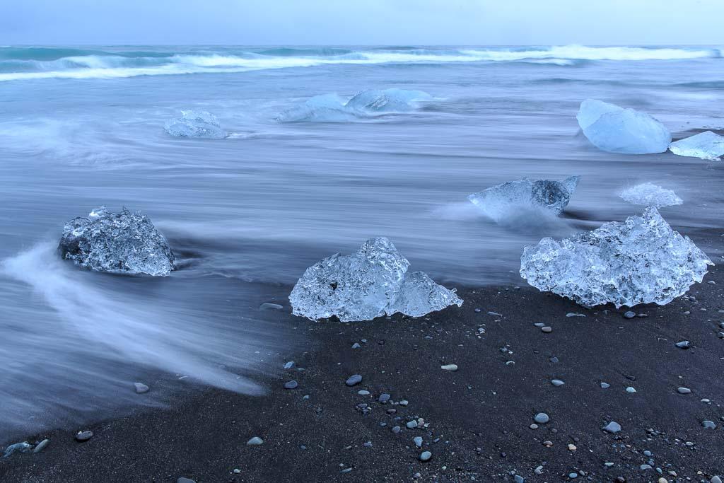 Is på svart lavastrand vid Jökulsarlon, Island