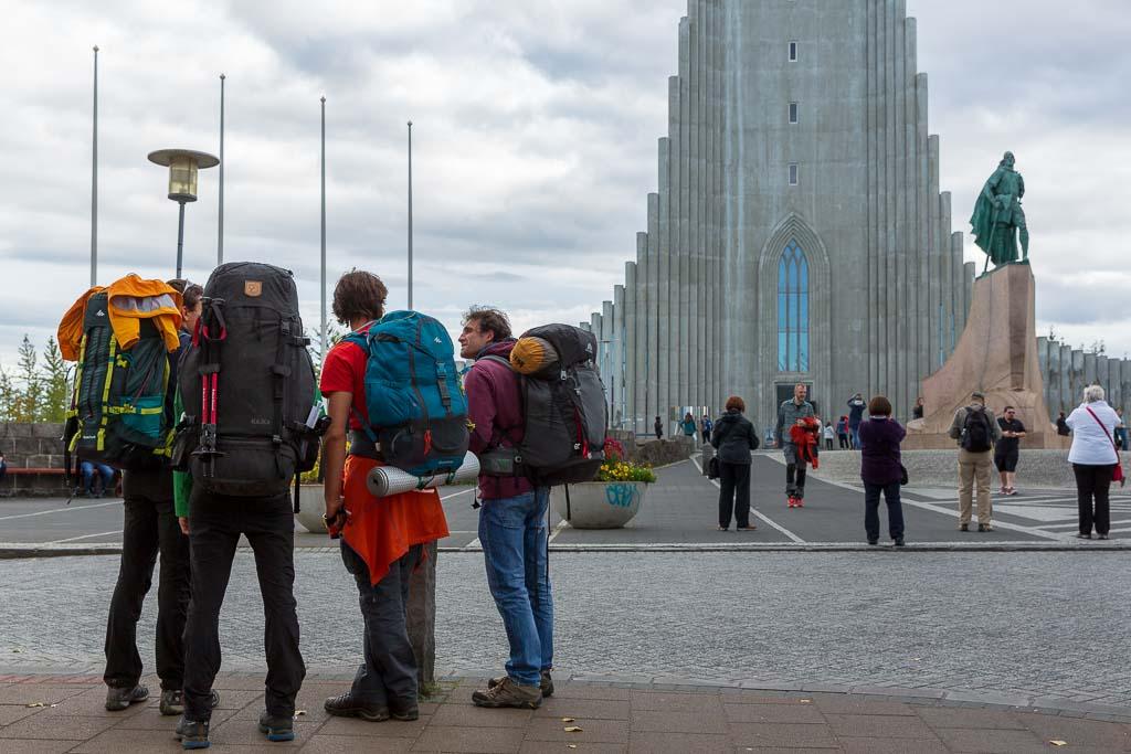 Turister vid Hallgrimskirkja i Reykjavik